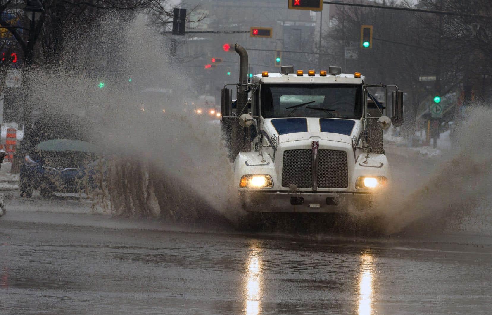 Les automobilistes sont invités à faire preuve de prudence: certaines routes sont glacées et glissantes par endroits. Les accumulations d'eau sur les voies rapides peuvent aussi provoquer des dérapages.