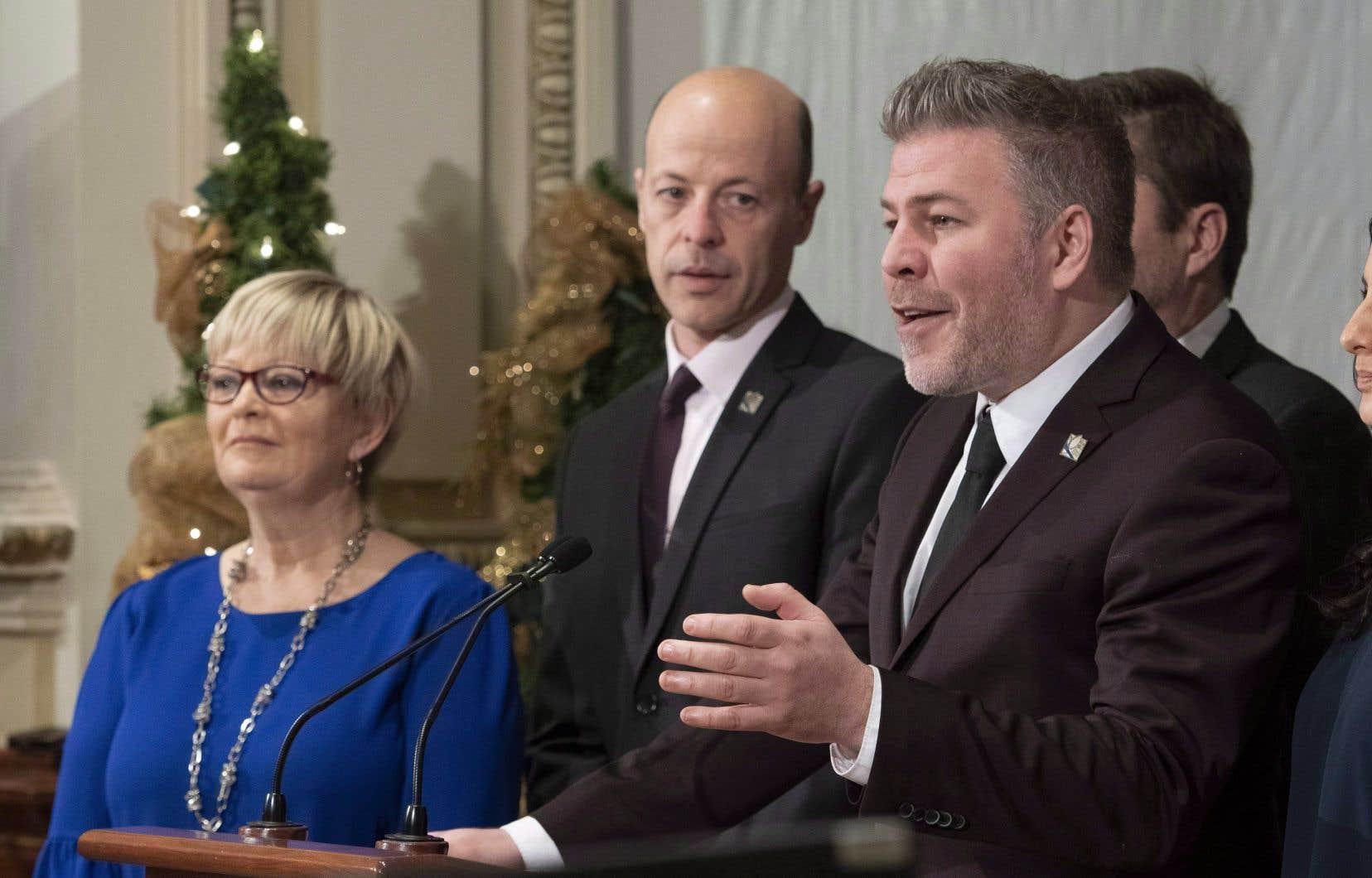 L'élue péquiste Lorraine Richard (qu'on voit ici en compagnie de ses collègues Joël Arseneau et Pascal Bérubé) sollicite l'indulgence des médias.