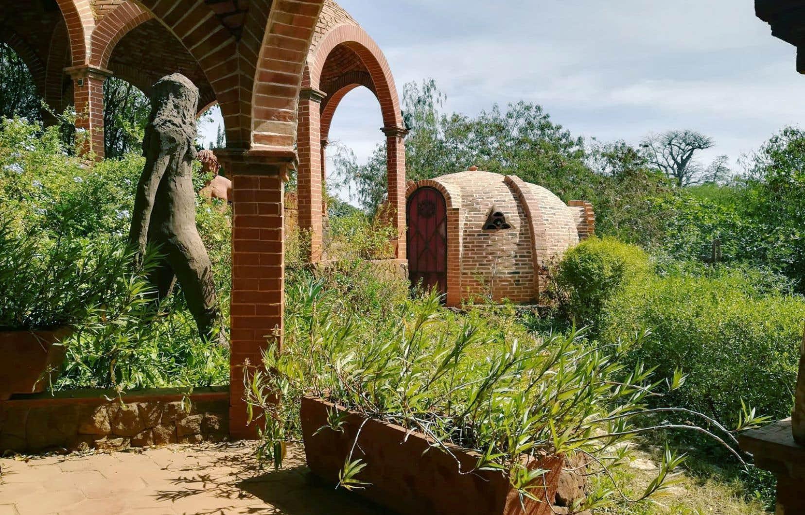 L'espace culturel Sobo Badè et son complexe aux formes hallucinantes, du cubisme sur fond africain