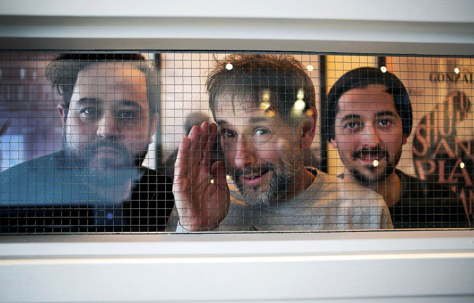La série réalisée par Daniel Abraham (à gauche) et Pierre-Alexandre Girard (à droite) nous plonge dans le quotidien déglingué de Germain (Marc-André Coallier), un homme en décalage chronique avec son époque.
