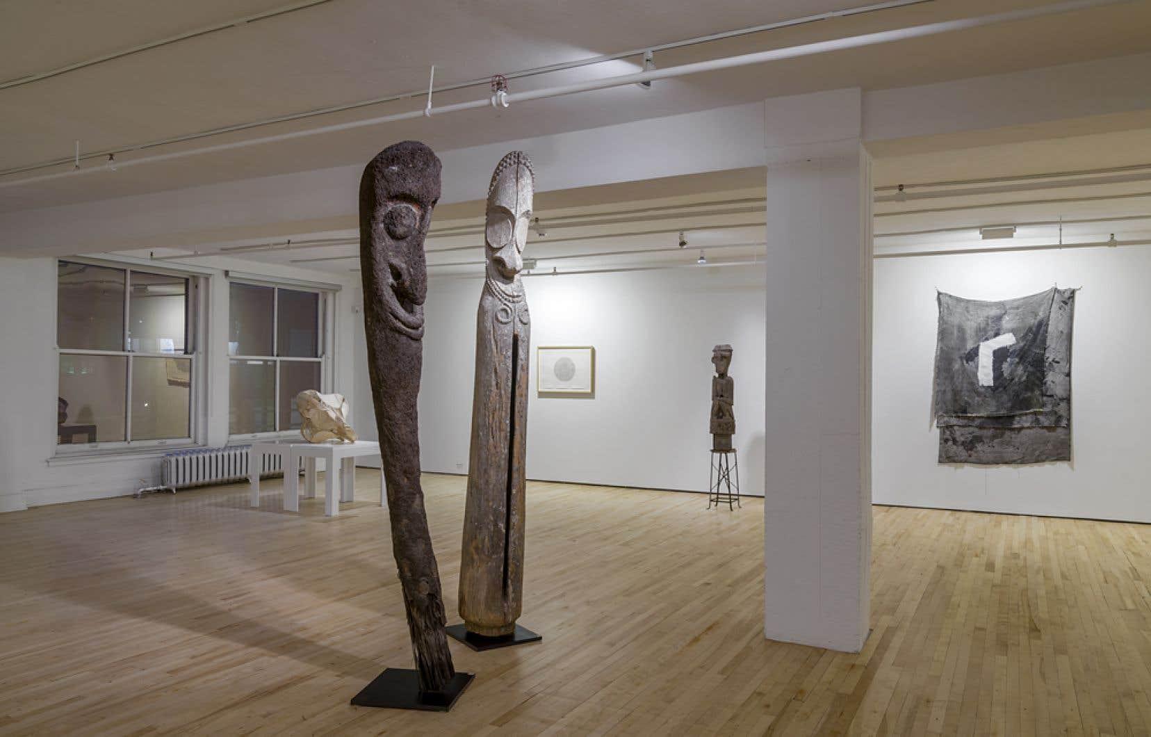 Les matériaux bruts de Heward, ses bois peints ou ses rayonnes attachées et marquées d'un seul trait côtoient une multitude d'objets.