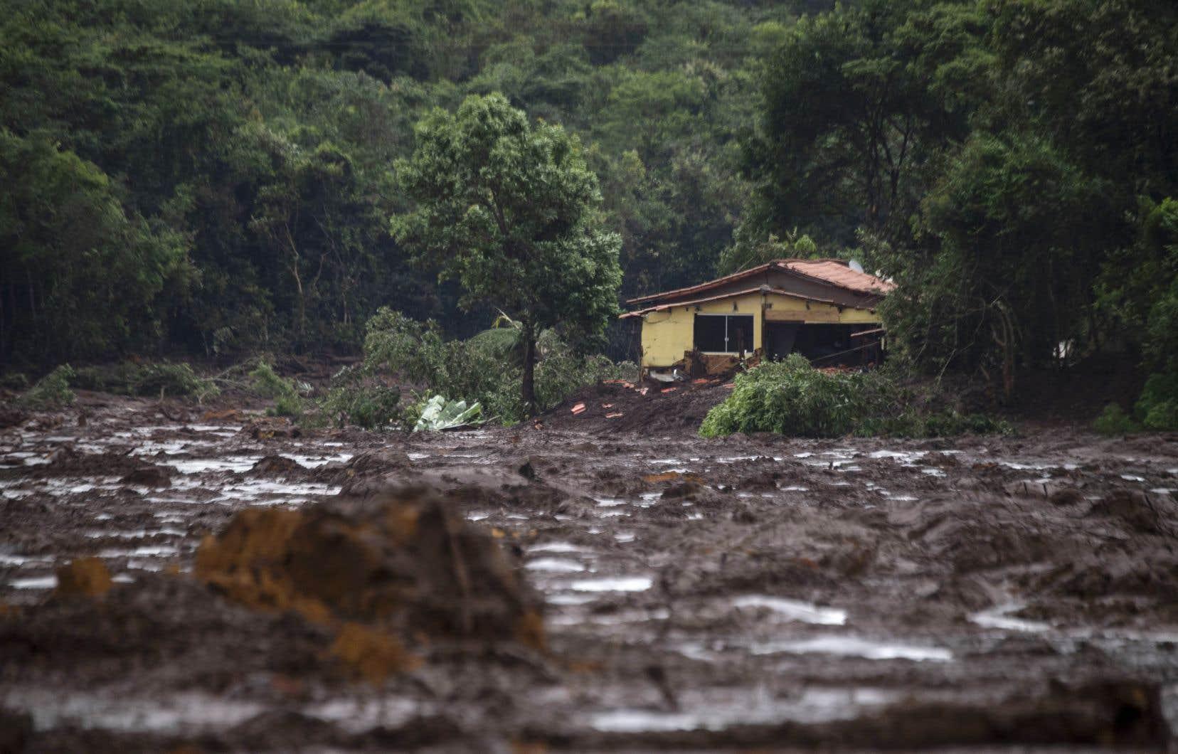 Le barrage s'est effondré et a libéré une marée de boue qui a détruit et ensevelit plusieurs bâtiments dans les alentours.