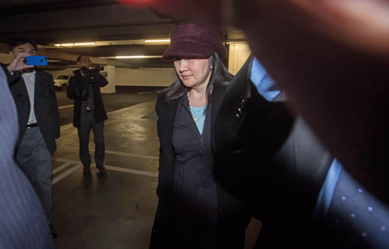 La directrice financière de Huawei, qui est aussi la fille du fondateur de l'entreprise, est accusée aux États-Unis de fraude bancaire et de virement électronique frauduleux, ainsi que de deux chefs de complot en vue de commettre ces crimes.