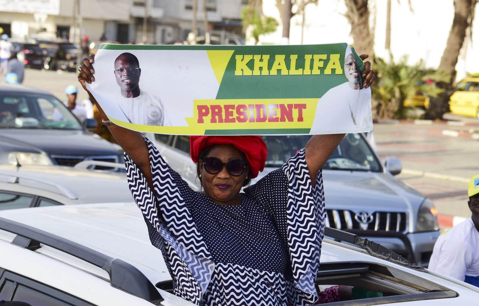 Prétendant au fauteuil présidentiel, le maire de Dakar, Khalifa Sall, a déjà été écarté et condamné par une justice inféodée au pouvoir, souligne l'auteur.