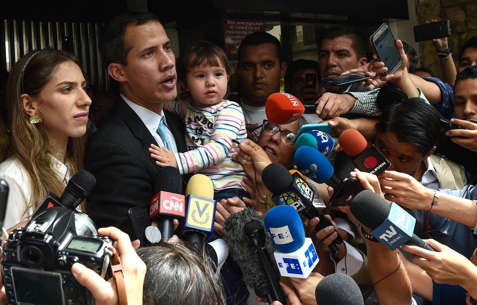 Devant la presse vénézuélienne, Juan Guaidó a affirmé que sa famille avait été victime d'une tentative d'intimidation par des hommes disant faire partie des forces spéciales de la police.