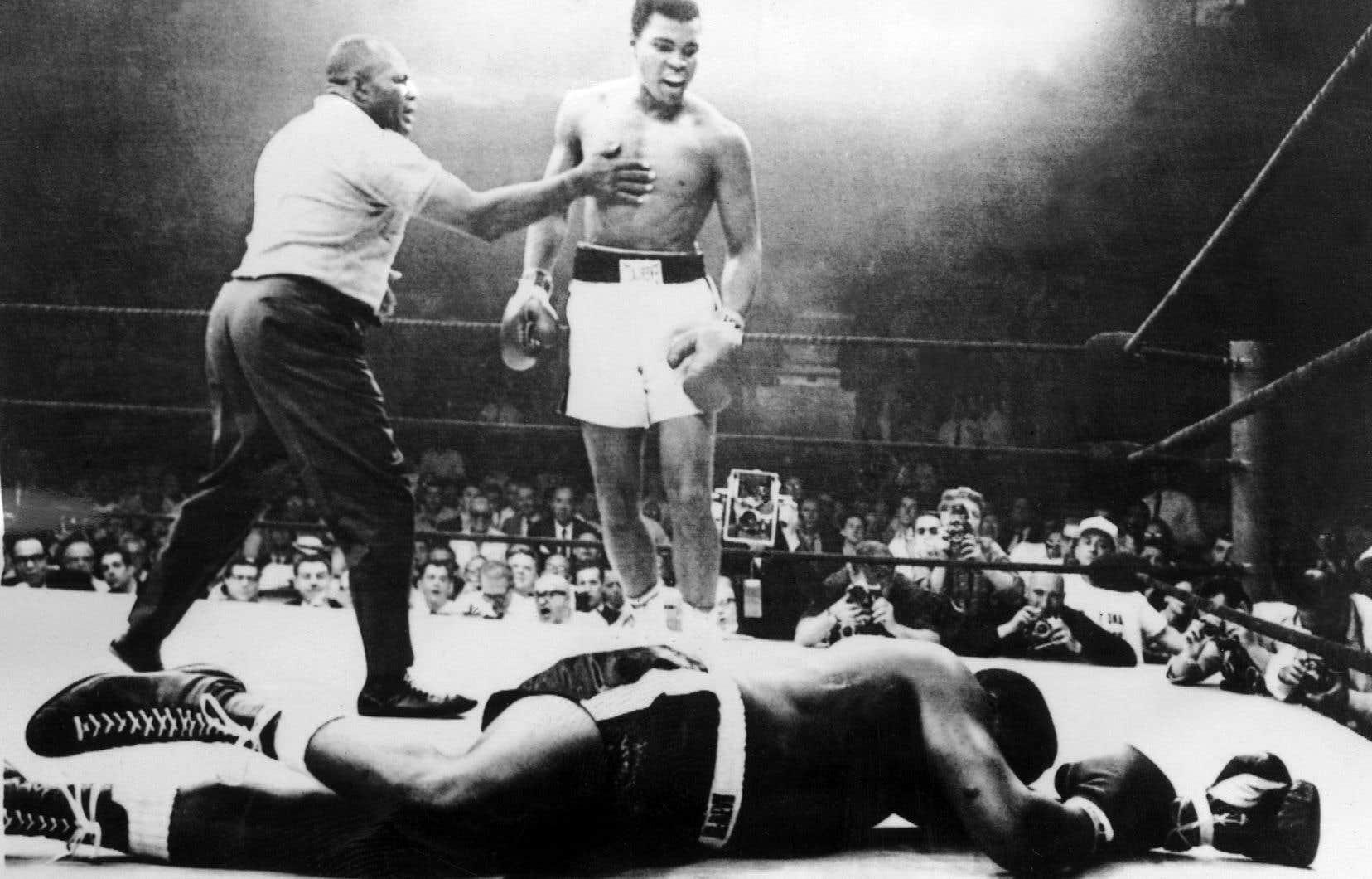 Quel boxeur a-t-on vu déclamer ses coups de gueule en vers? Les mots d'Ali sonnent et résonnent. À l'université, dans la rue, en entrevue, devant des opposants ou ses partisans. Sa verve est aussi vive que sa droite. Tout le temps.
