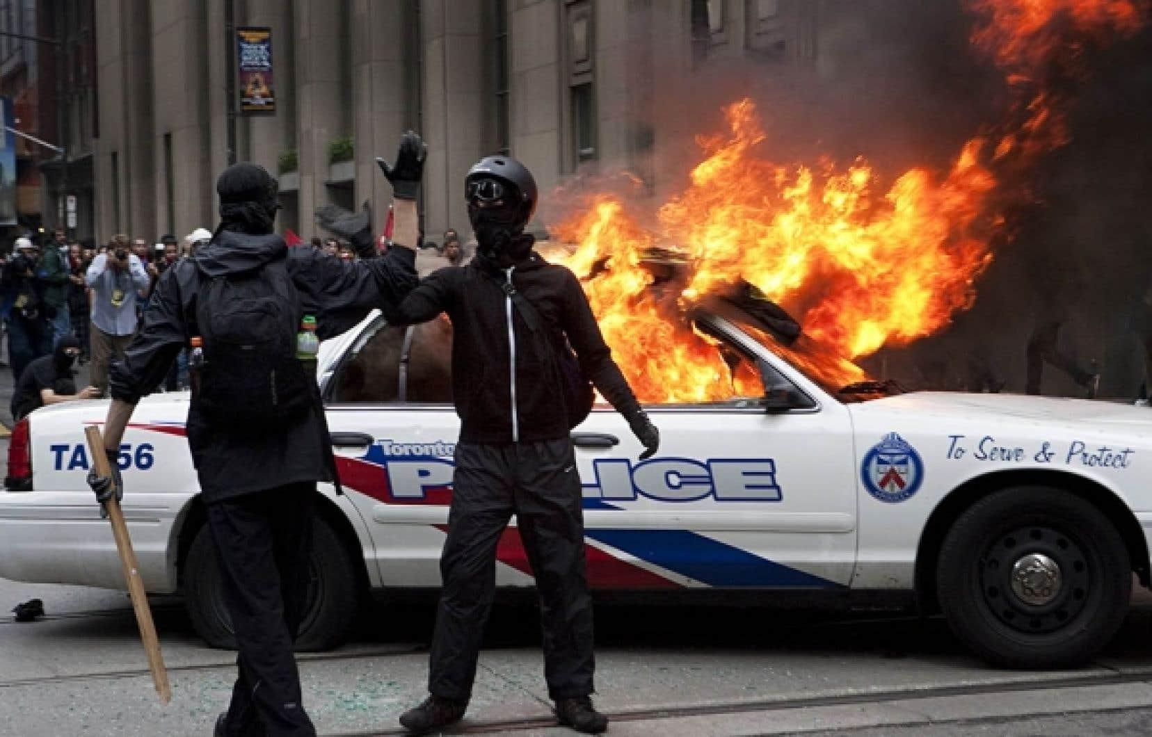 Les trois voitures de police incendiées et les quelque 500 arrestations de samedi, à Toronto, n'ont pas beaucoup retenu l'attention des grands quotidiens à travers le monde, qui se sont surtout attardés aux enjeux de fond du G20.