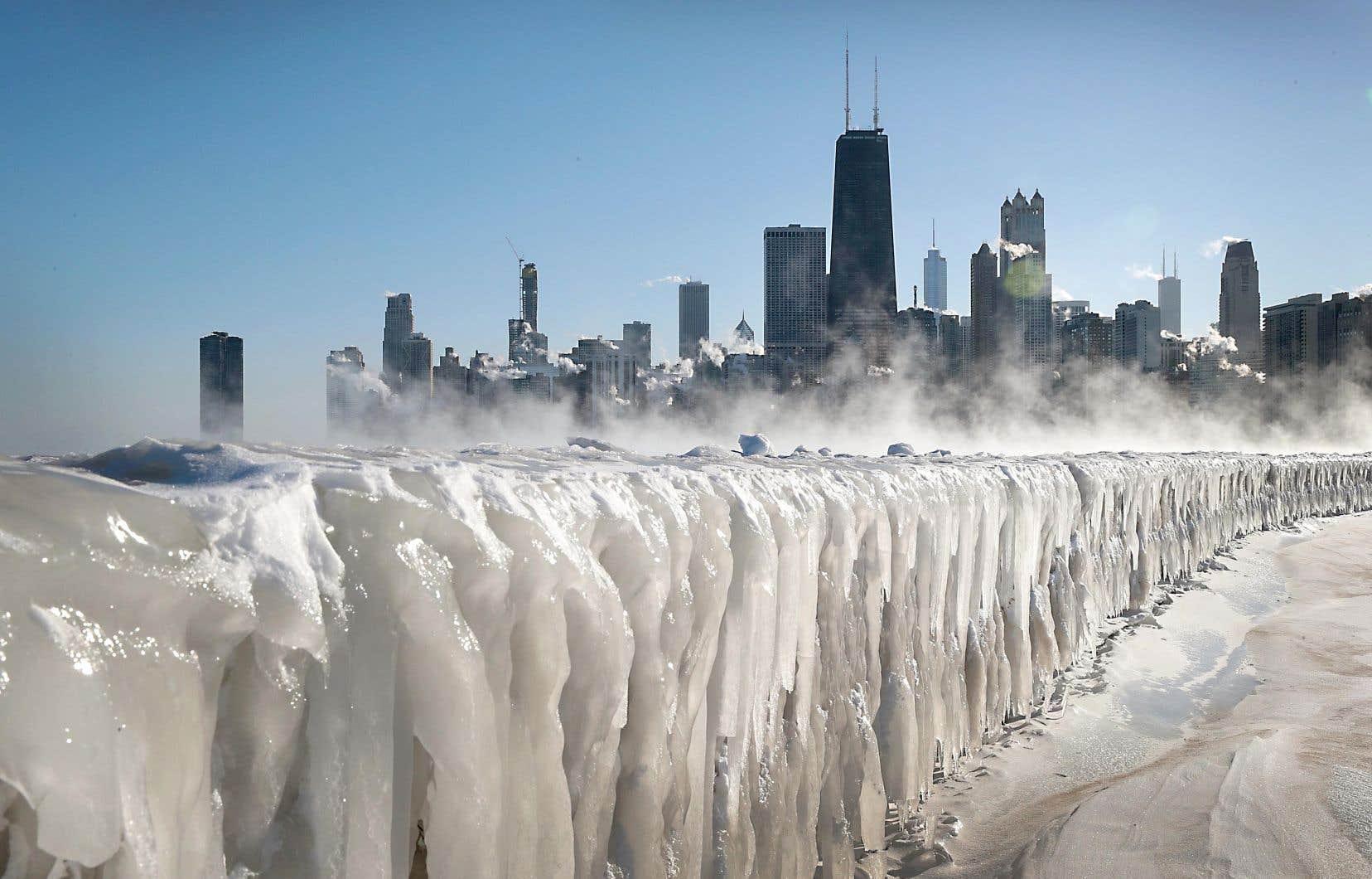 La rive du lac Michigan, à Chicago, est recouverte de glace en raison du froid polaire qui sévit dans la région.