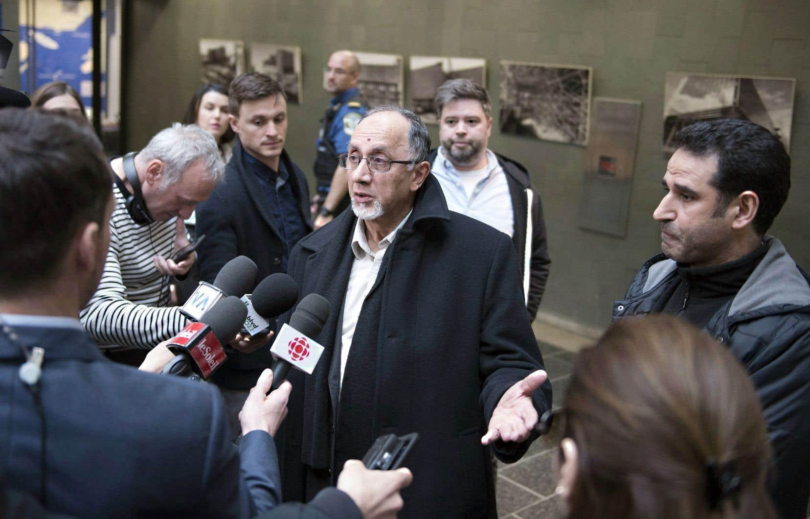 Le porte-parole du Centre culturel islamique de Québec, Boufeldja Benabdallah, s'adressant à la presse dans la foulée du procès d'Alexandre Bissonnette, le 11avril.