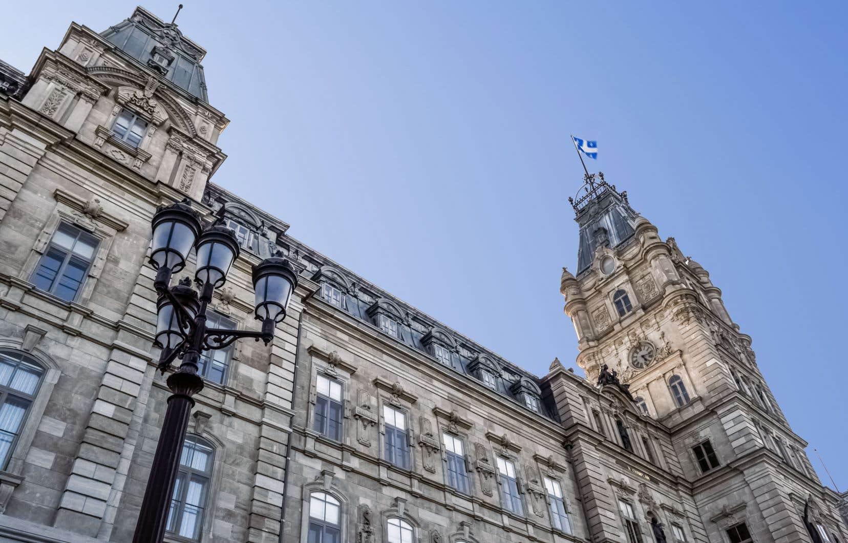 En plus de consacrer 60millions de dollars à la construction d'un nouveau centre des visiteurs et de nouvelles salles de commission parlementaire, la direction de l'Assemblée nationale a ordonné la «modernisation» des systèmes de contrôle d'accès et de vidéosurveillance dans l'hôtel du Parlement et des bâtiments adjacents, érigés à la fin du XIXesiècle et au début du XXesiècle.