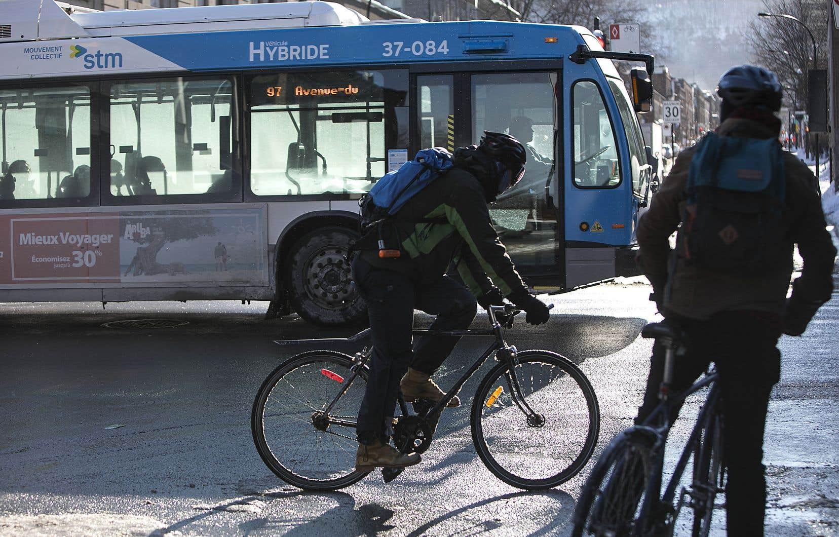 De plus en plus de Montréalais décident de ne pas remiser leur vélo une fois l'hiver venu, mais d'au contraire l'enfourcher et affronter le froid et la neige.