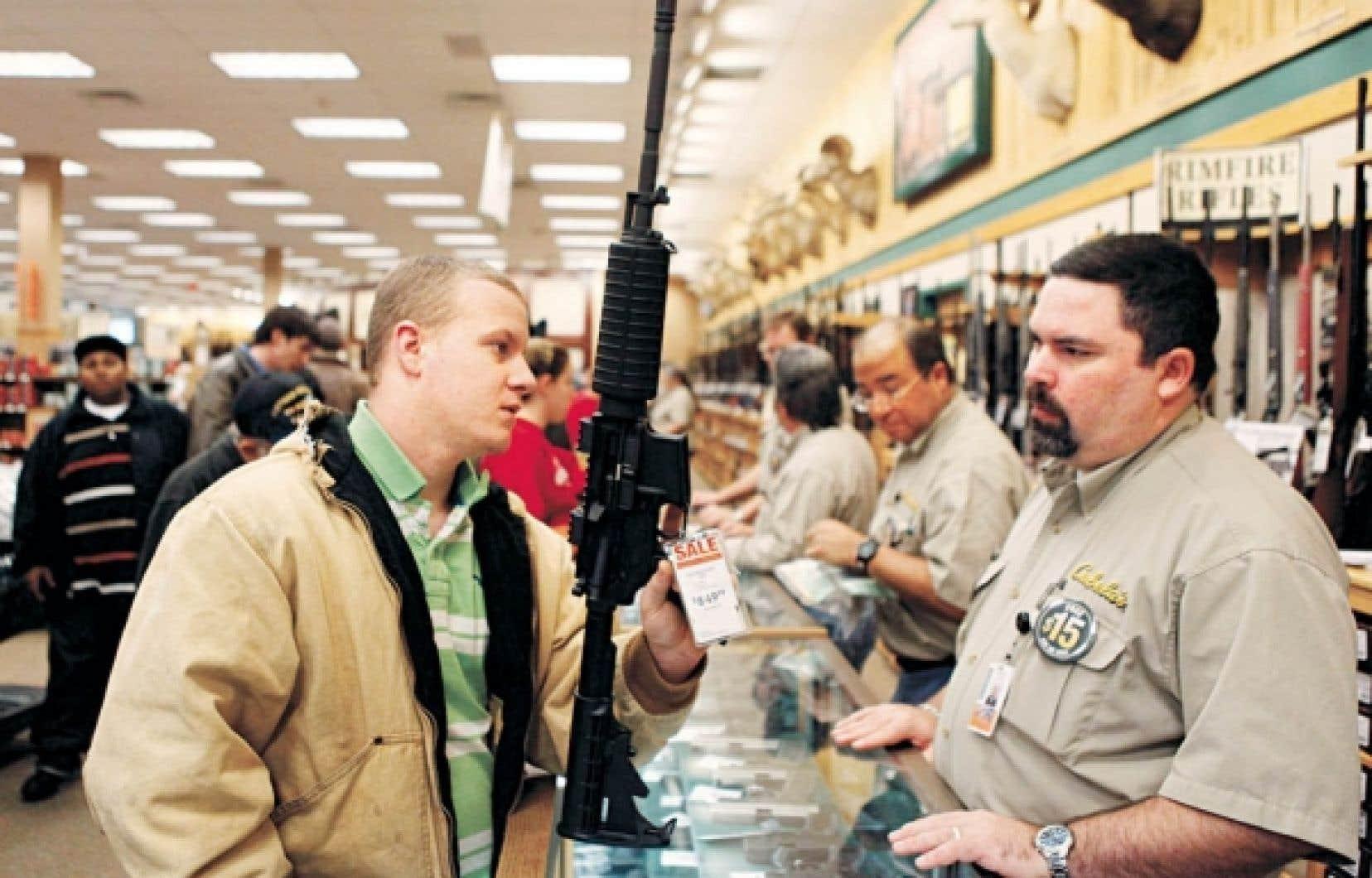 Magasinage durant le dernier solde de Noël chez un armurier texan. Plus de 200 millions d'armes à feu sont en circulation aux États-Unis.<br />