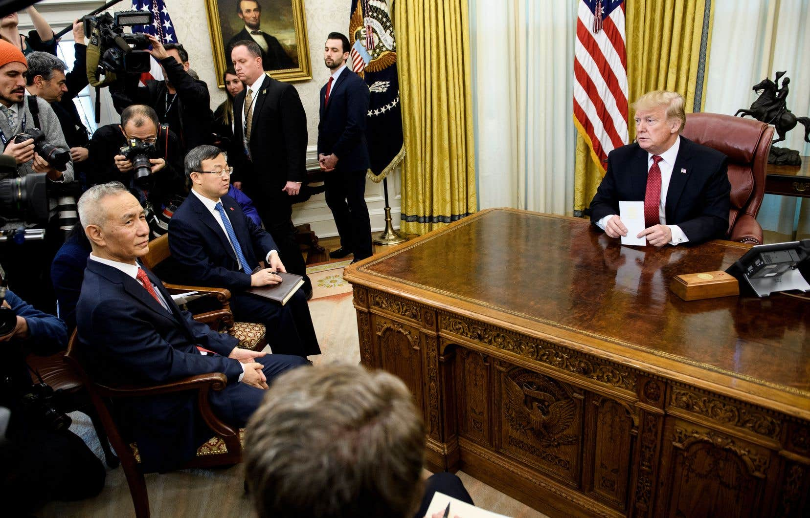 Le vice-premier ministre chinois, Liu He (au premier plan, à gauche), et le président américain, Donald Trump, avant une rencontre avec leurs négociateurs, le 31janvier dernier à la Maison-Blanche