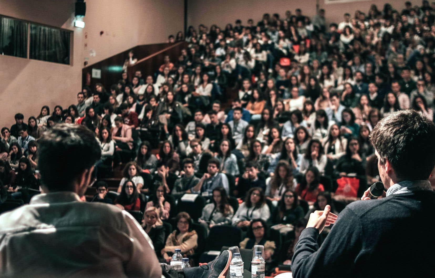 Les écoles d'été permettent aux étudiants, aux professionnels et au grand public de profiter de l'expertise de professeurs reconnus internationalement, d'obtenir un diplôme plus rapidement, de reprendre un cours ou d'explorer de nouveaux horizons.
