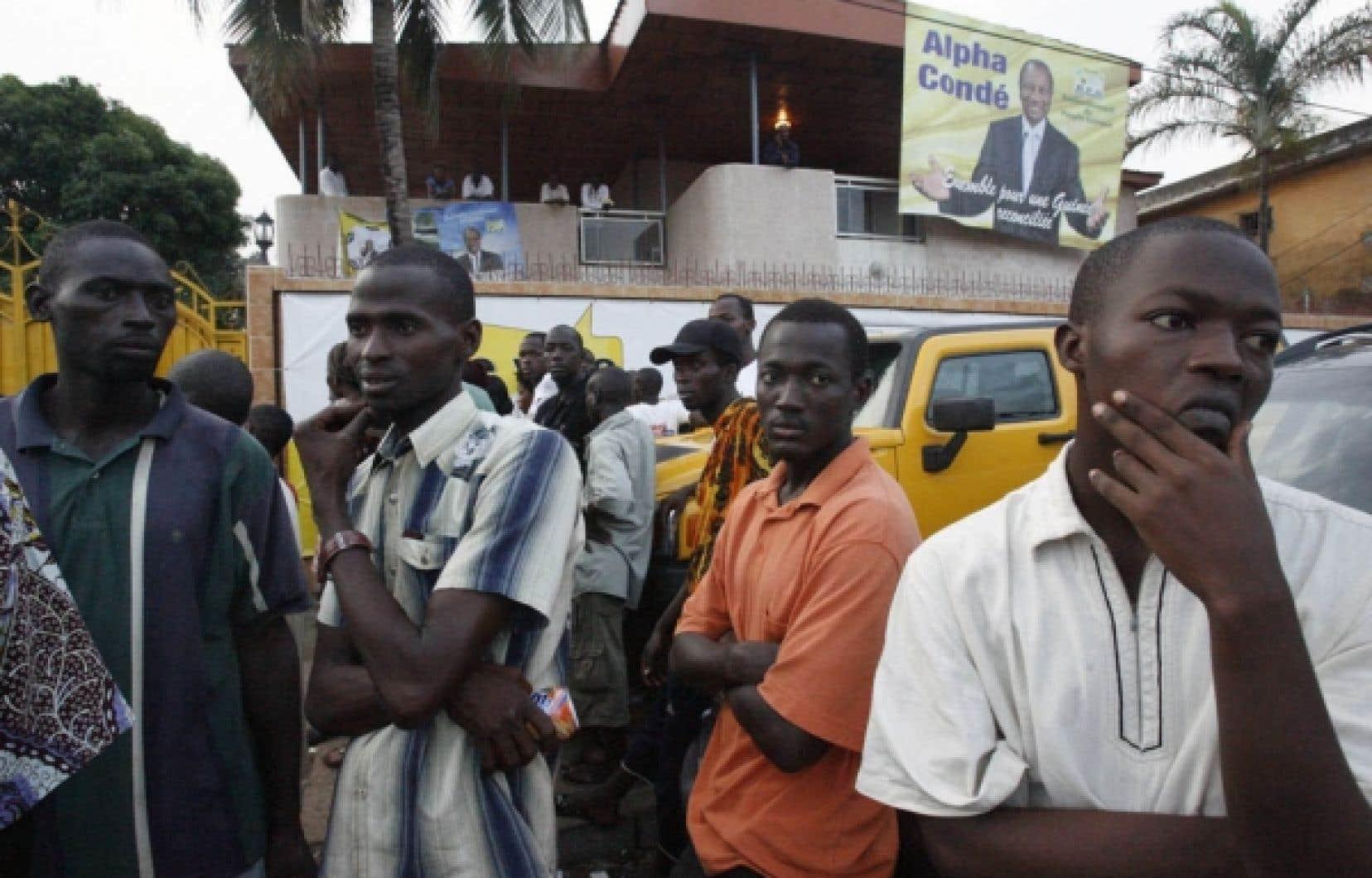 Des partisans d'Alpha Condé attendaient patiemment les résultats de l'élection mercredi, à Conakry.<br />