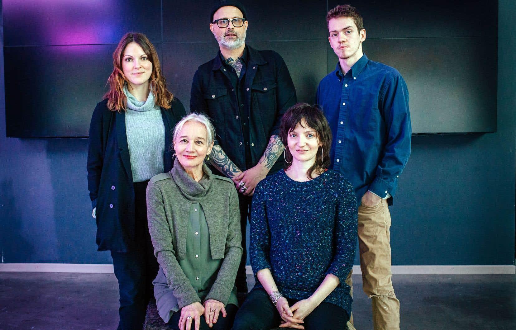 Au premier plan: Diane Lavallée et Larissa Corriveau. En arrière-plan: Rachel Graton, Denis Côté et Robert Naylor.