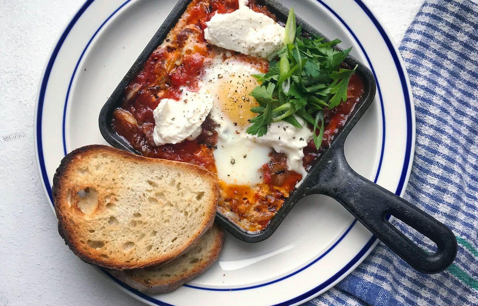 Parsemer de persil et d'oignon vert ainsi que de quelques morceaux de mozzarella.