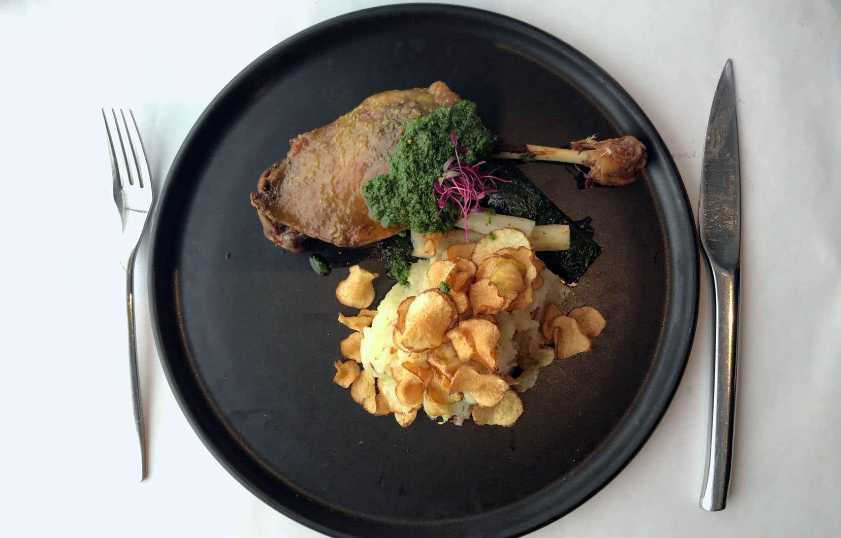 La cuisse de canard confite partageait l'assiette avec la version trifluvienne du colcannon cher au cœur et à l'estomac des Irlandais; ici pomme de terre, choux et lardons de sanglier.