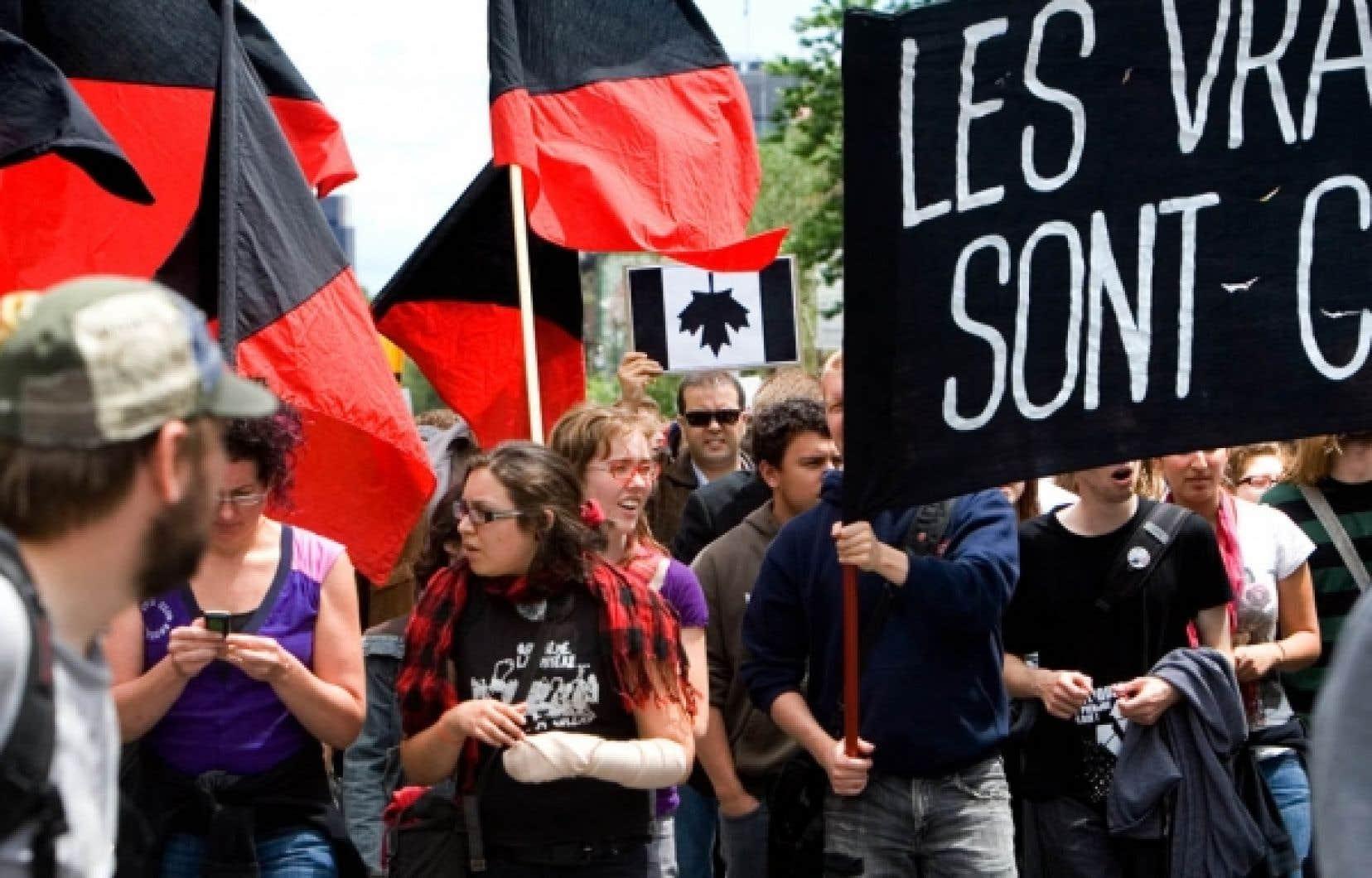 «Les vrais casseurs sont chefs d'État», pouvait-on lire sur une des pancartes que brandissaient les manifestants.<br />