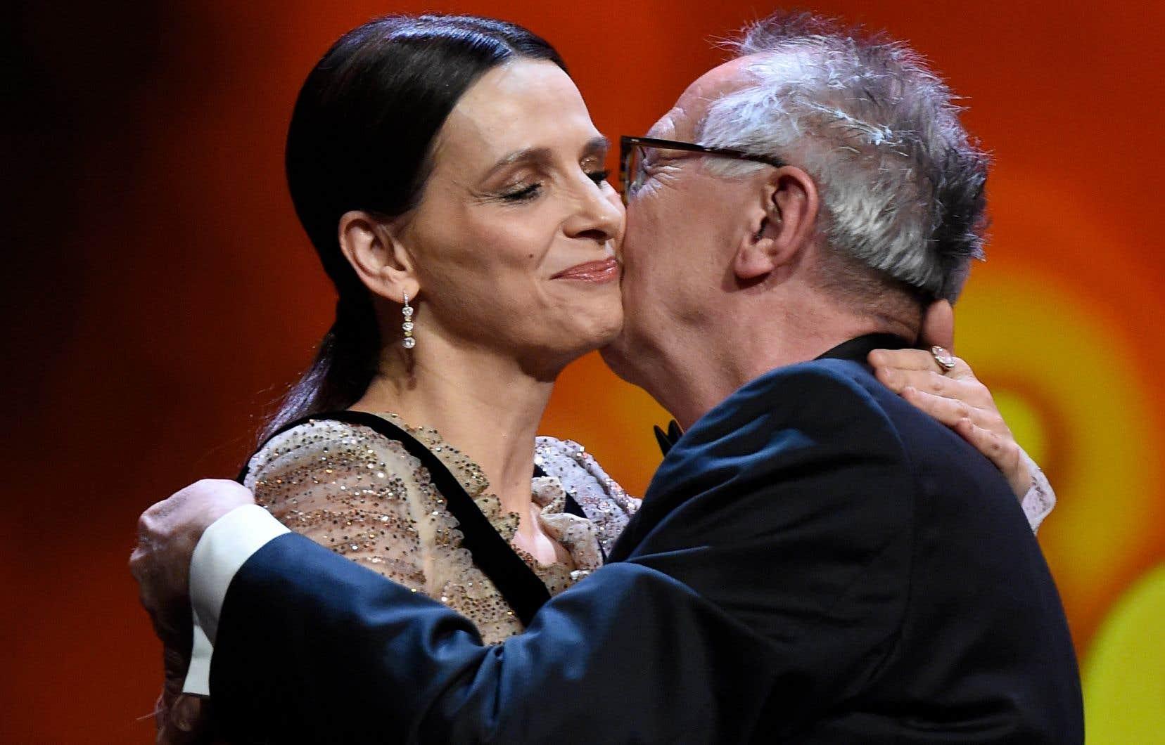 Juliette Binoche, présidente de la 69e Berlinale, reçoit l'accolade du directeur général du festival, Dieter Kosslick, à l'occasion de la soirée d'ouverture.