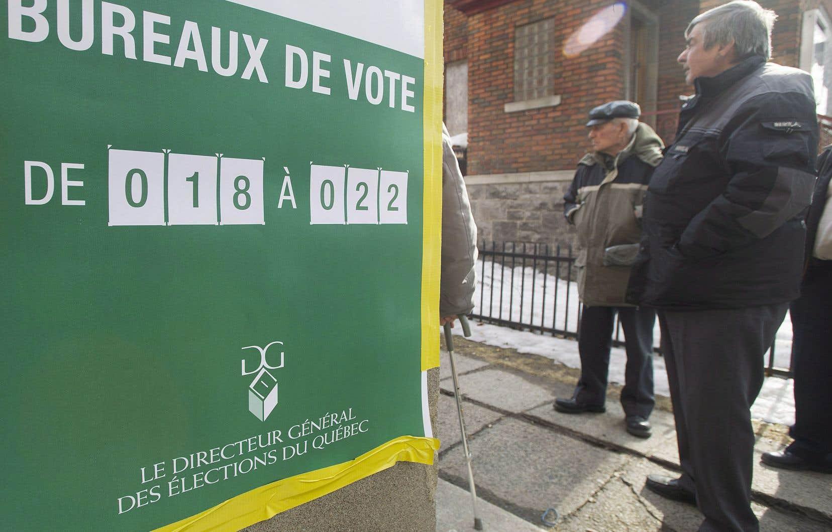«Pour que les Québécois n'aient pas l'impression d'un coup de force par des élites massivement opposées au système actuel, reste l'option de faire valider le tout par les citoyens dans le cadre d'un référendum», proposent les auteurs.