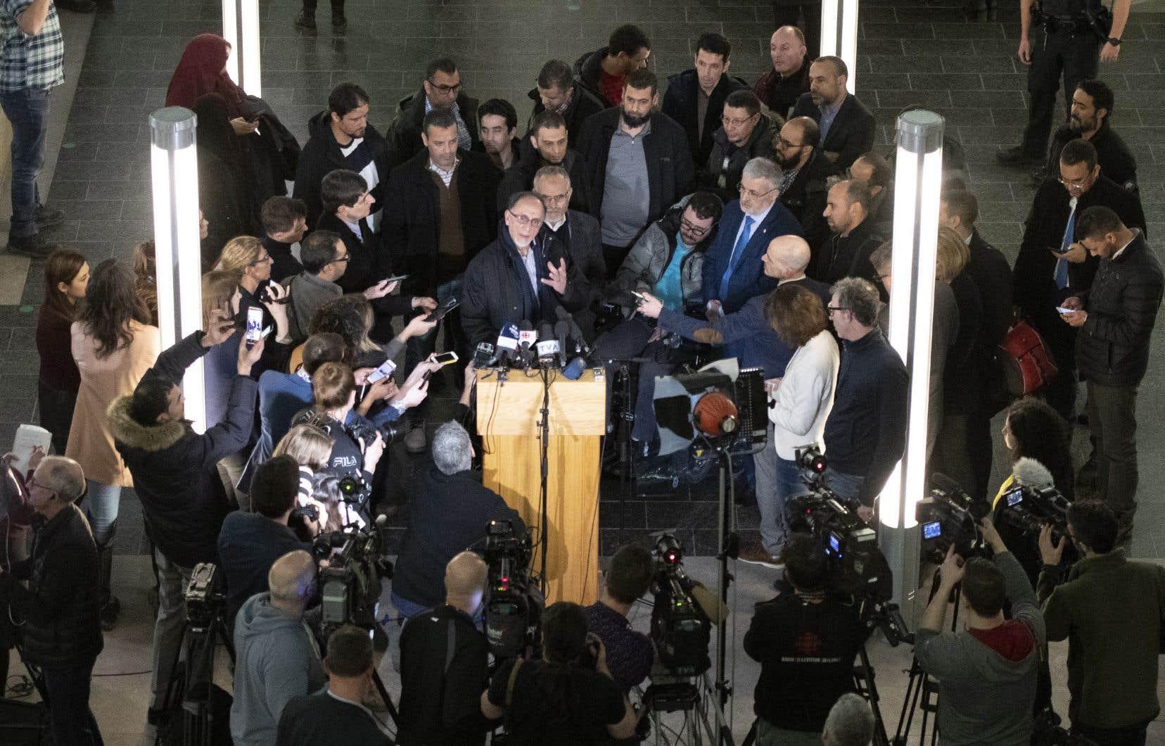 Le président du Centre culturel islamique de Québec, Boufeldja Benabdallah, entouré de victimes et de proches des victimes de la tuerie à la grande mosquée, a exprimé sa consternation et sa déception après l'annonce de la peine imposée à Alexandre Bissonnette.