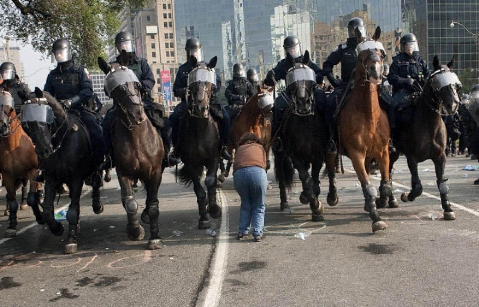 Les autorités policières des pays qui reçoivent des sommets importants semblent avoir de plus en plus de difficulté à trouver un équilibre entre liberté et sécurité, menaces et manifestations.<br />