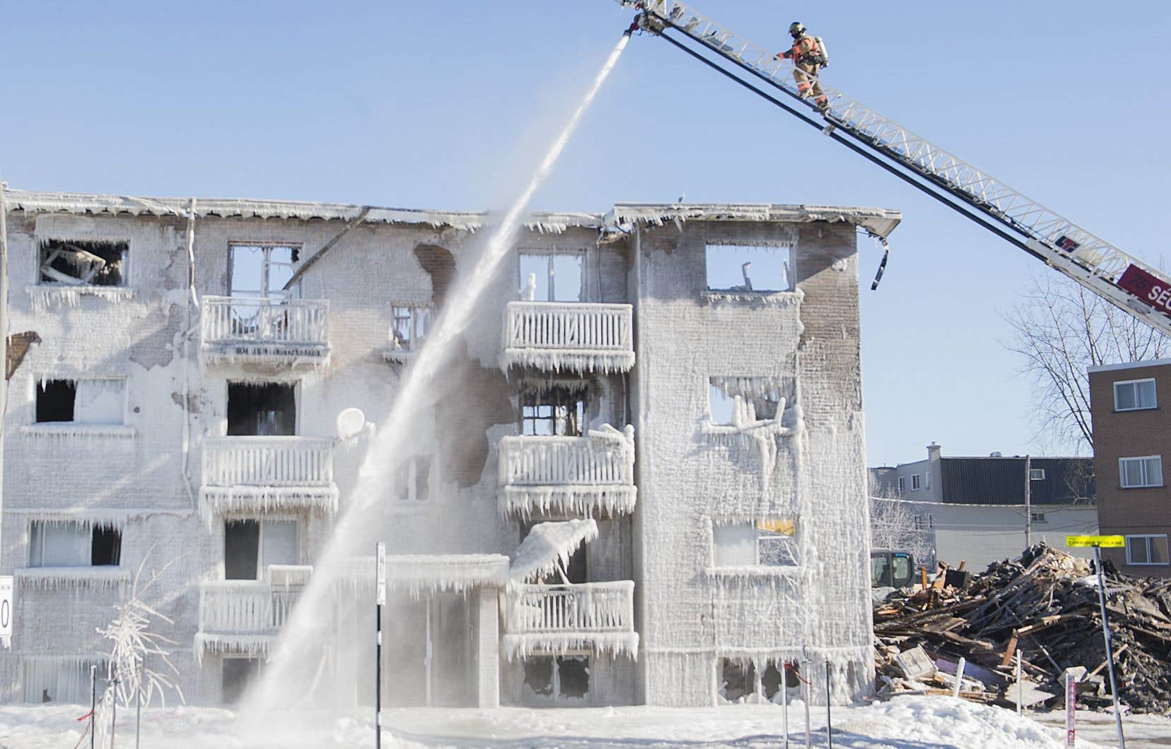 Les forts vents ont compliqué considérablement la tâche des pompiers qui étaient toujours une centaine à combattre le brasier six heures plus tard.