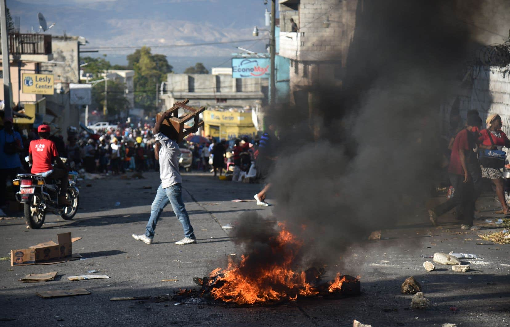 Les principaux axes de l'aire métropolitaine de Port-au-Prince ont été progressivement bloqués par des barricades de pneus enflammés et de pierres.