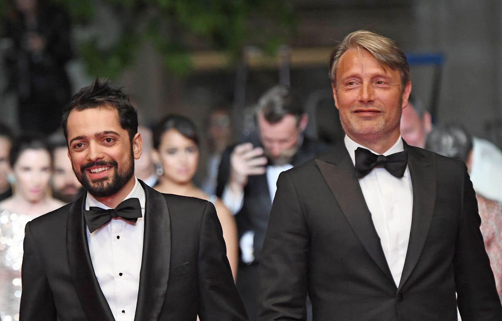 Le cinéaste brésilien Joe Penna (à gauche) et l'acteur danois Mads Mikkelsen, au Festival de Cannes, en mai dernier. «Je me pince d'avoir pu travailler avec lui, confie Penna. Il était mon premier choix, le premier acteur à qui j'ai envoyé le scénario, et il a accepté aussitôt.»