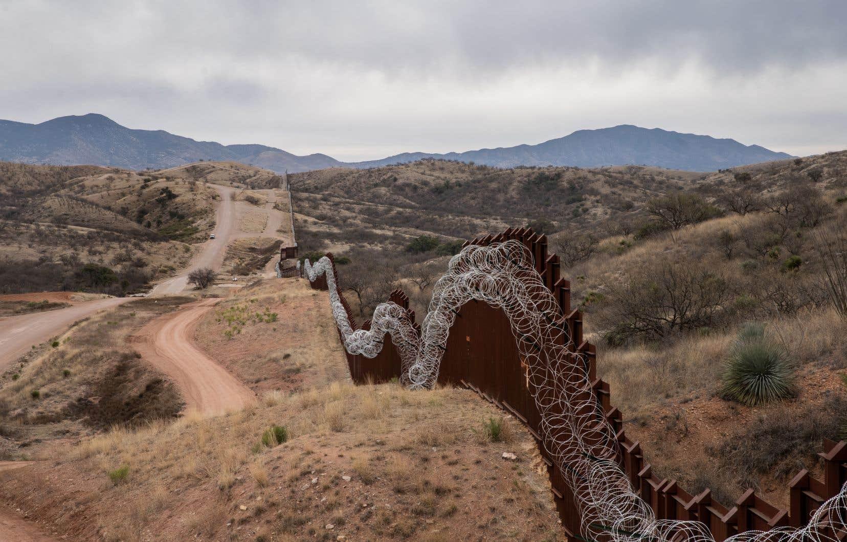 Une clôture sépare la frontière américaine avec le Mexique à Nogales, en Arizona.<br /> <br />