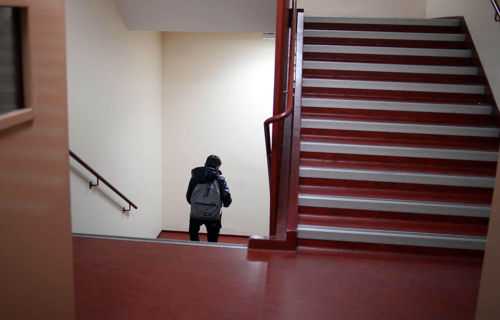 Au secondaire, 29% des jeunes ayant peu confiance en leurs capacités sont à haut risque de décrochage par rapport à seulement 1% de ceux s'estimant très efficaces.