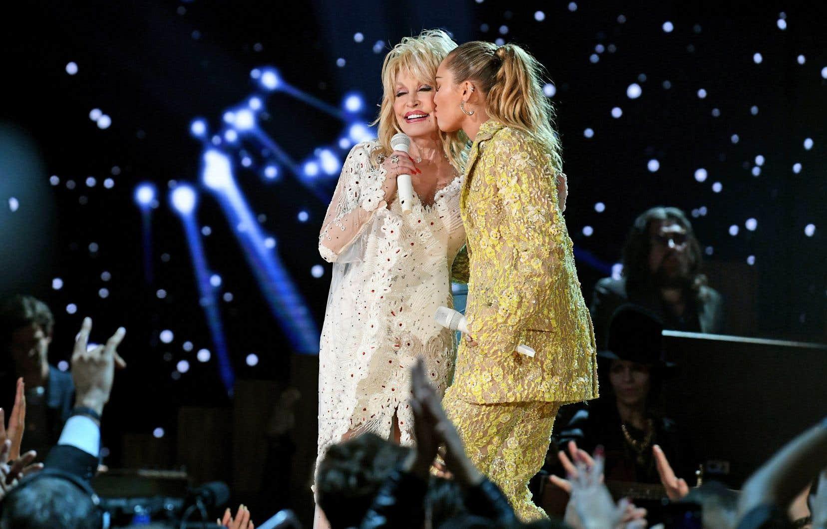 <p>La chanteuse américaine Dolly Parton — dont la carrière a été soulignée au cours de la soirée — a interprété «Jolene» en duo avec Miley Cyrus.</p>