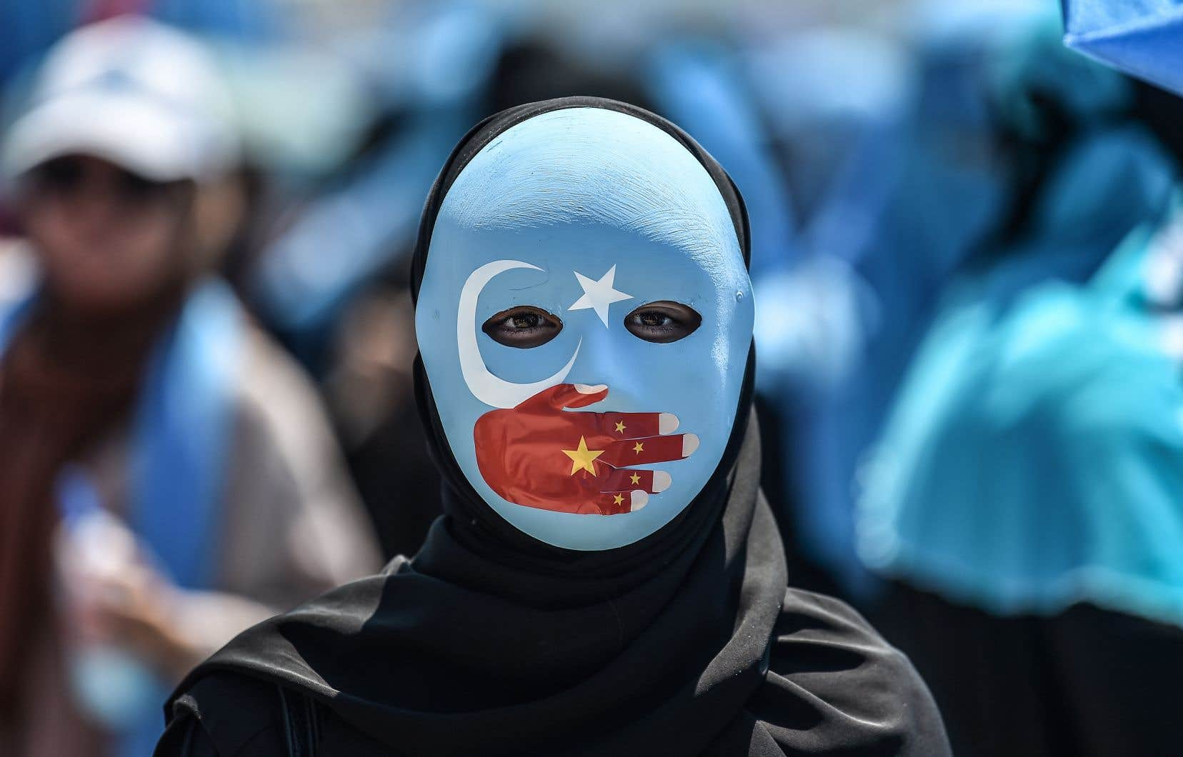 Une femme dénonce le sort réservé aux mulsulmans dans le Xinjiang lors d'une manifestation à Istanbul, en Turquie, qui compte une importante communauté ouïghoure.