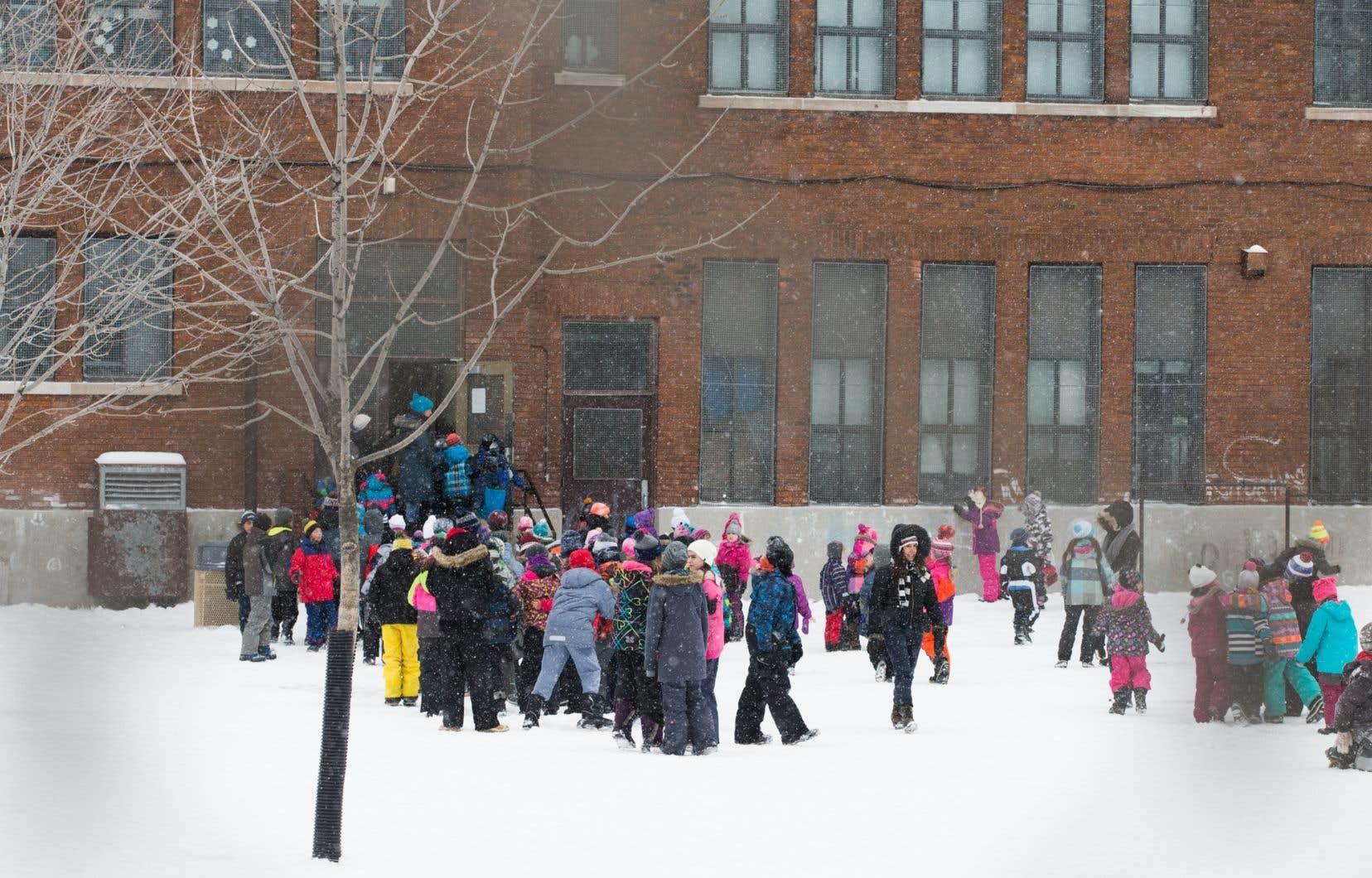 Des écoles s'étaient plaintes de ne pas avoir assez d'espace à l'extérieur pour laisser sortir tous les enfants en même temps.