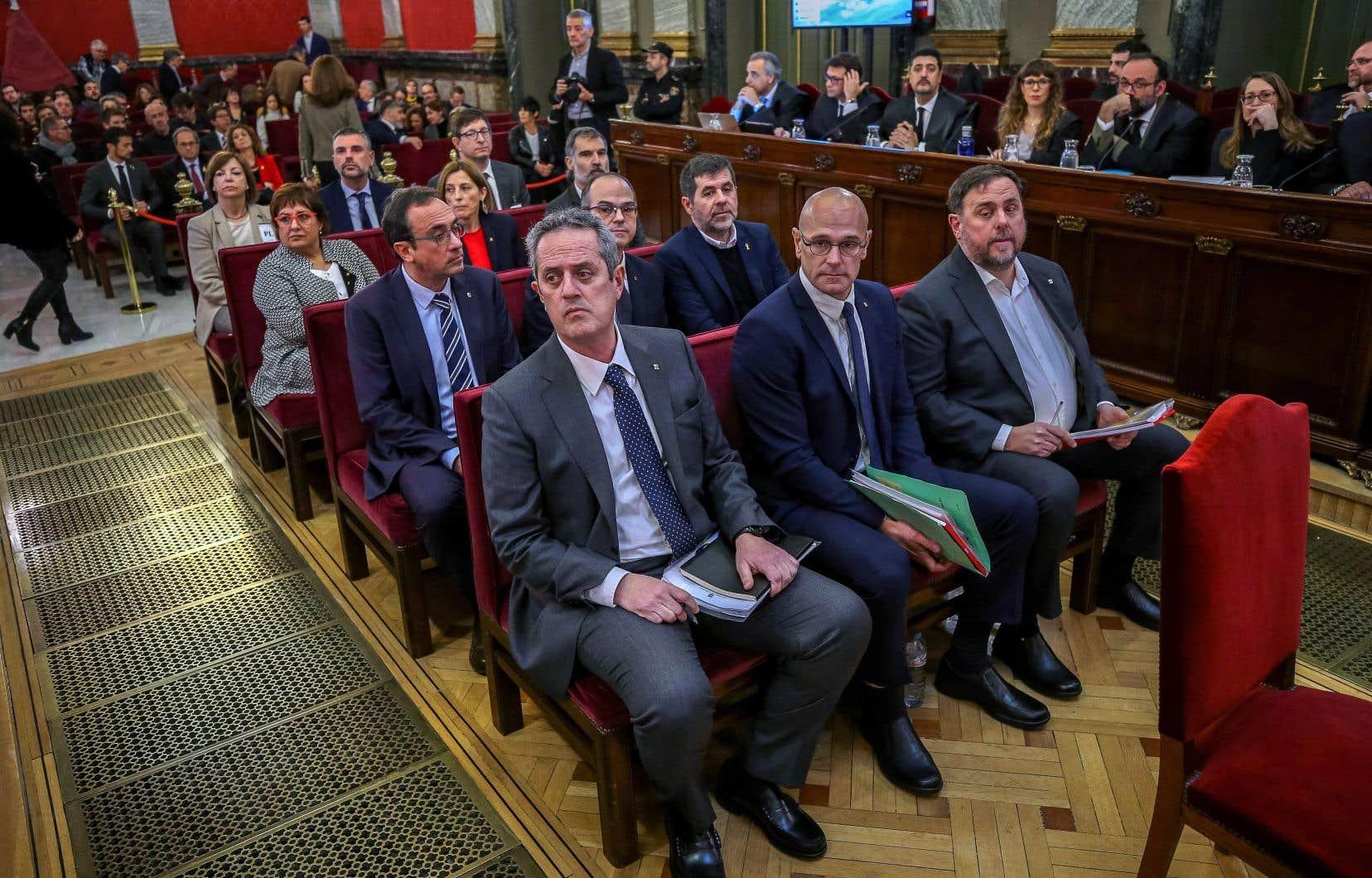 Les anciens dirigeants nationalistes catalans ont assisté mardi au début de leur procès à Madrid.