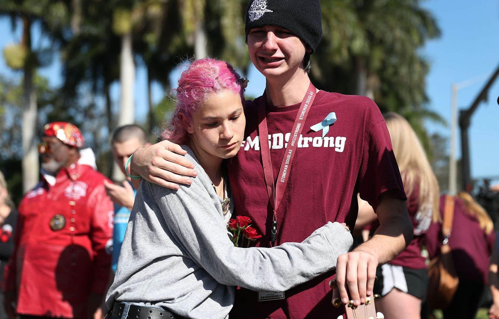 Victoria Gonzalez et Liam Kiernan, tous deux étudiants à l'école secondaire Marjory Stoneman Douglas, se réconfortent en ce premier anniversaire de la tragédie.