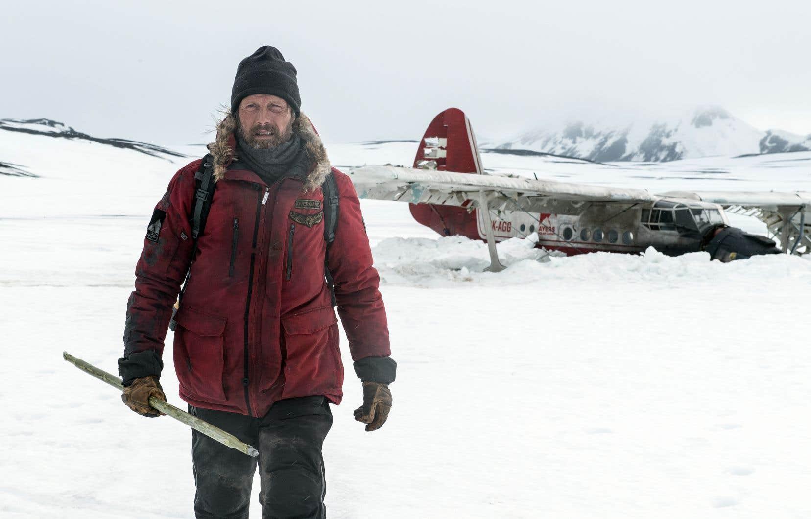 Habitant chaque scène avec une autorité tranquille, l'acteur danois Mads Mikkelsen offre une performance d'une grande richesse dramatique.