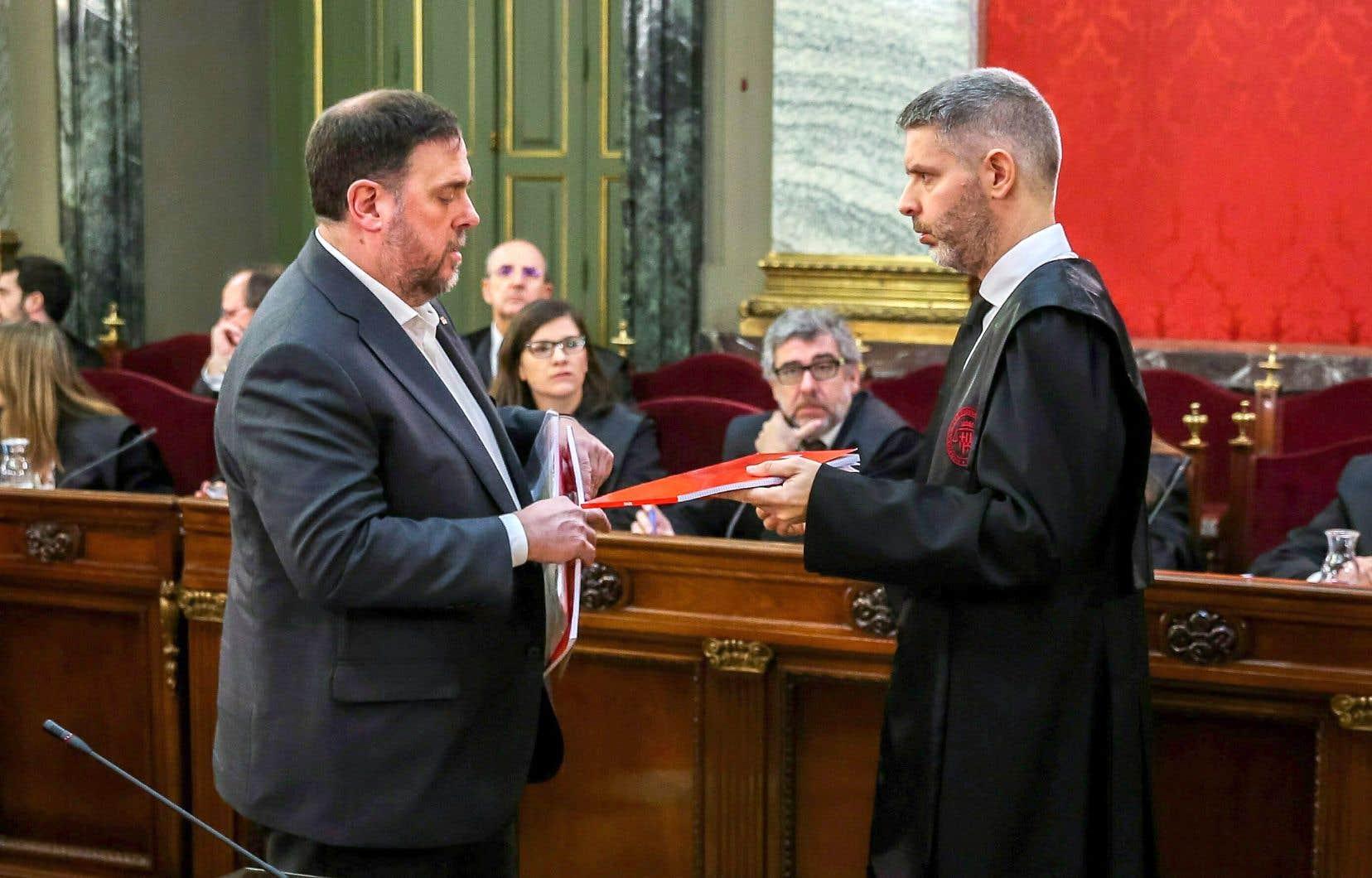 Oriol Junqueras, à gauche, et son avocat, mardi. Il encourt la peine la plus élevée — 25 ans de prison — des douze indépendantistes accusés.
