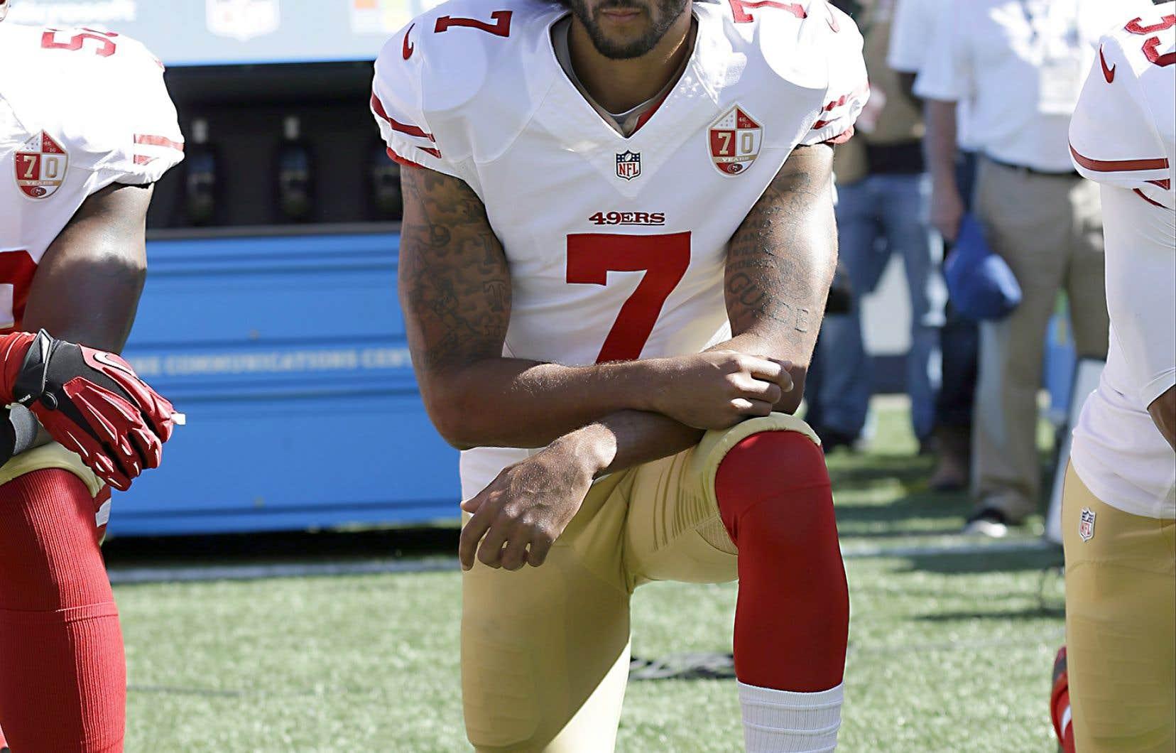 Colin Kaepernick a lancé en 2016 un mouvement de protestation en posant un genou à terre lors de l'hymne américain.
