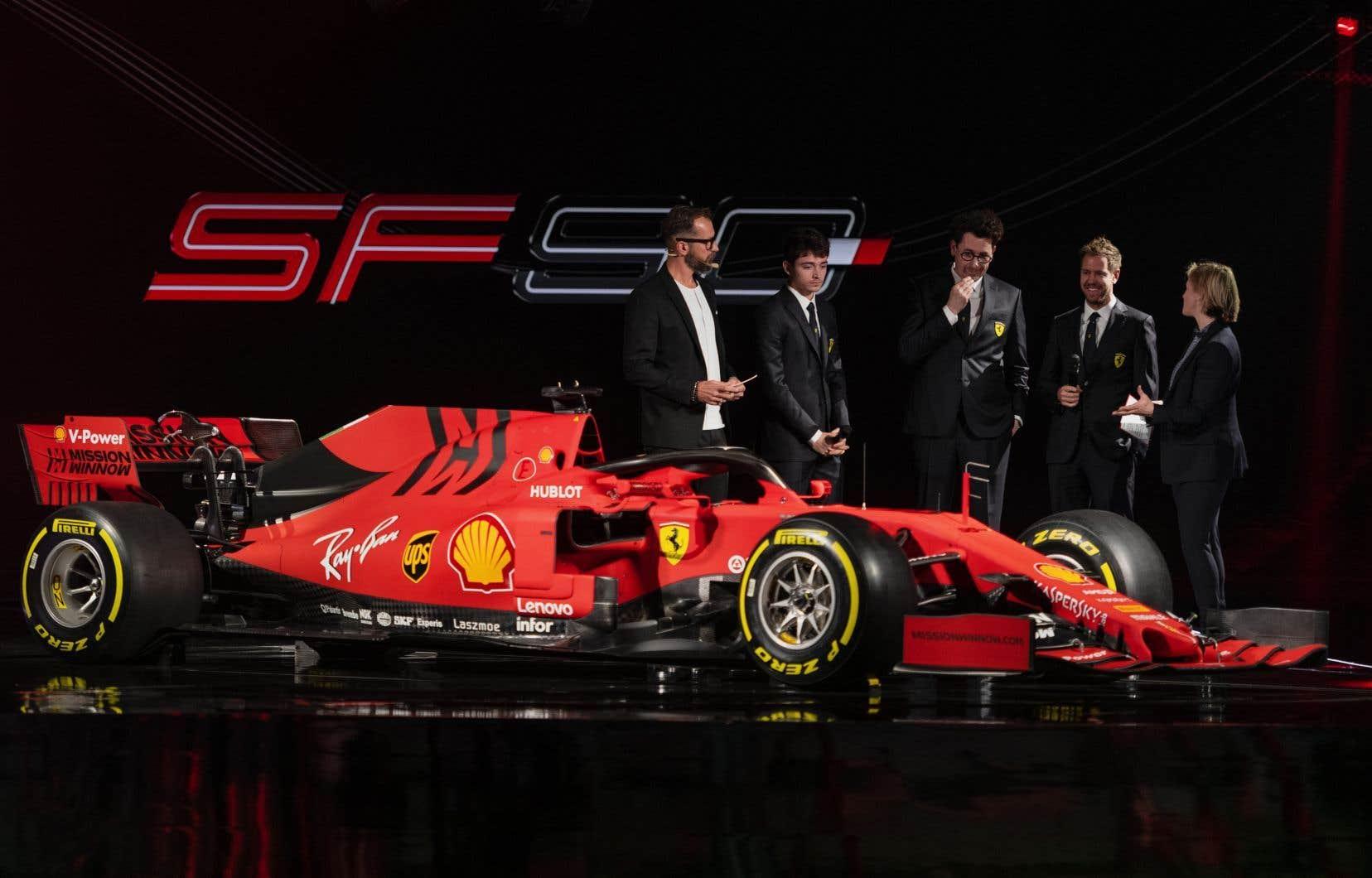 La nouvelle voiture arbore le rouge Ferrari classique, avec des touches de noir et à peine de blanc.