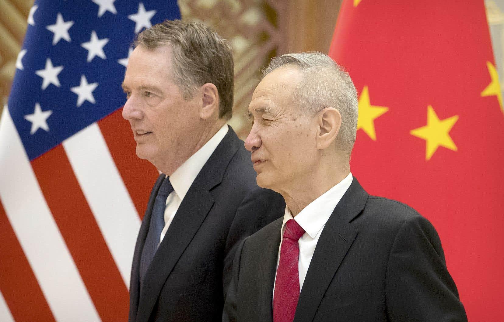 Le représentant au Commerce américain, Robert Lighthizer, et le vice-premier ministre chinois, Liu He, à Beijing, vendredi