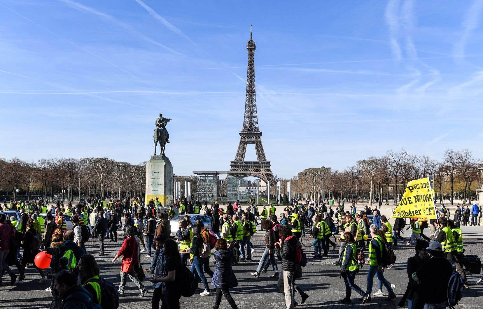 Défilant sous un grand soleil, des «gilets jaunes» ont entonné dimanche un «joyeux anniversaire» dans les rues de Paris pour fêter les trois mois de ce mouvement de contestation inédit qui fragilise l'exécutif français.