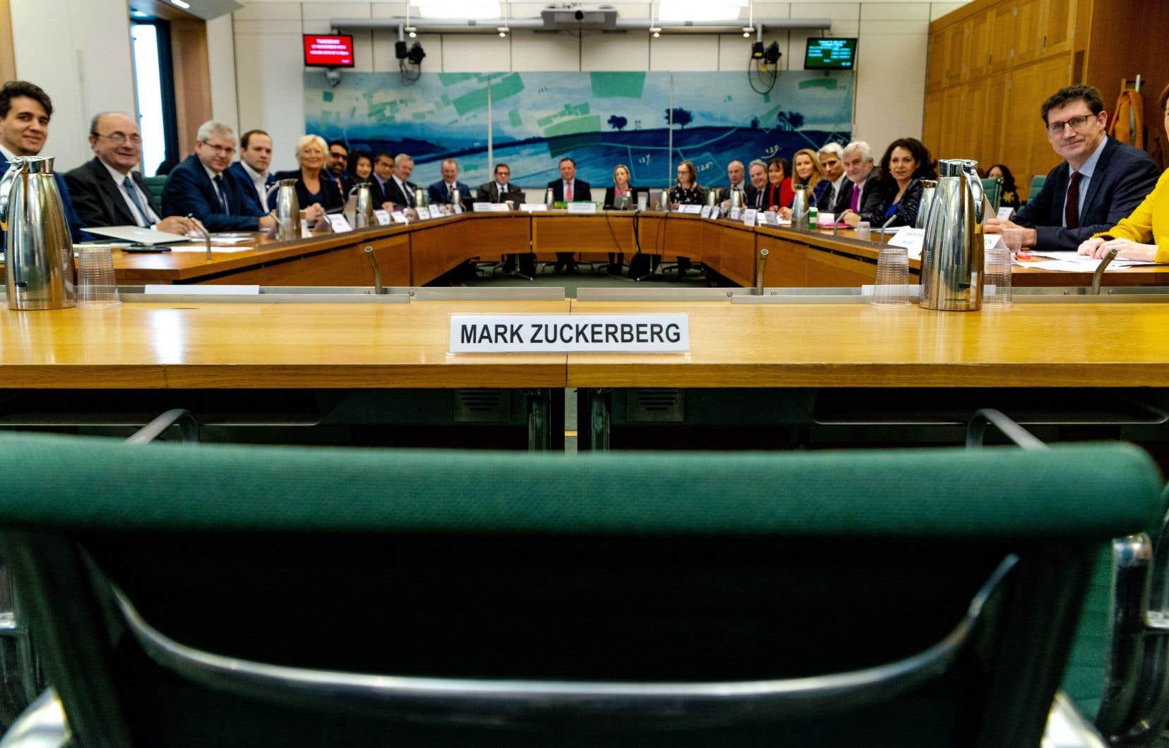 Le grand patron de Facebook, Mark Zuckerberg, avait refusé de se présenter en commission parlementaire l'an dernier. Les députés britanniques lui avaient cependant réservé une place aux auditions.