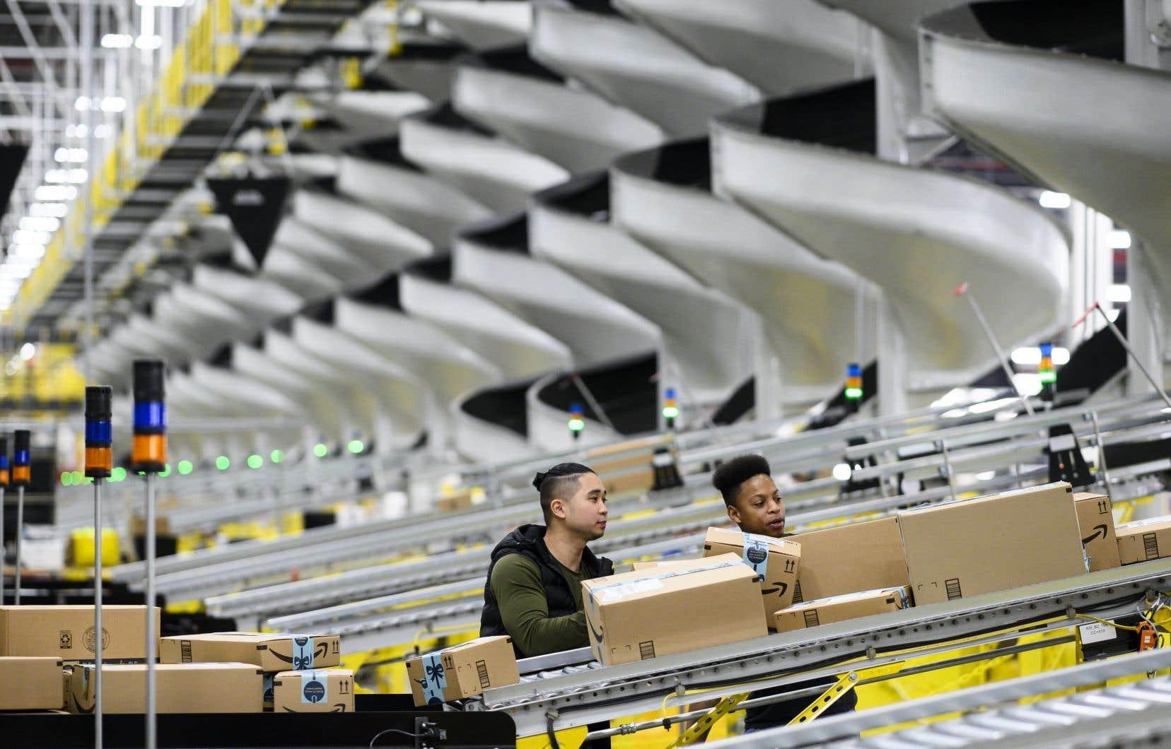 Amazon dit avoir passé les deux dernières années à étudier son empreinte carbone et à songer à des façons de réduire sa marque à tous les niveaux de ses activités.