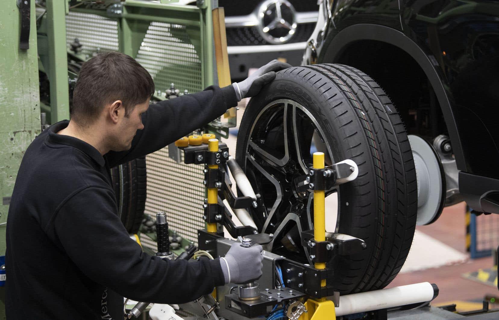 Un travailleur de l'usine Daimler à Rastatt, en Allemagne