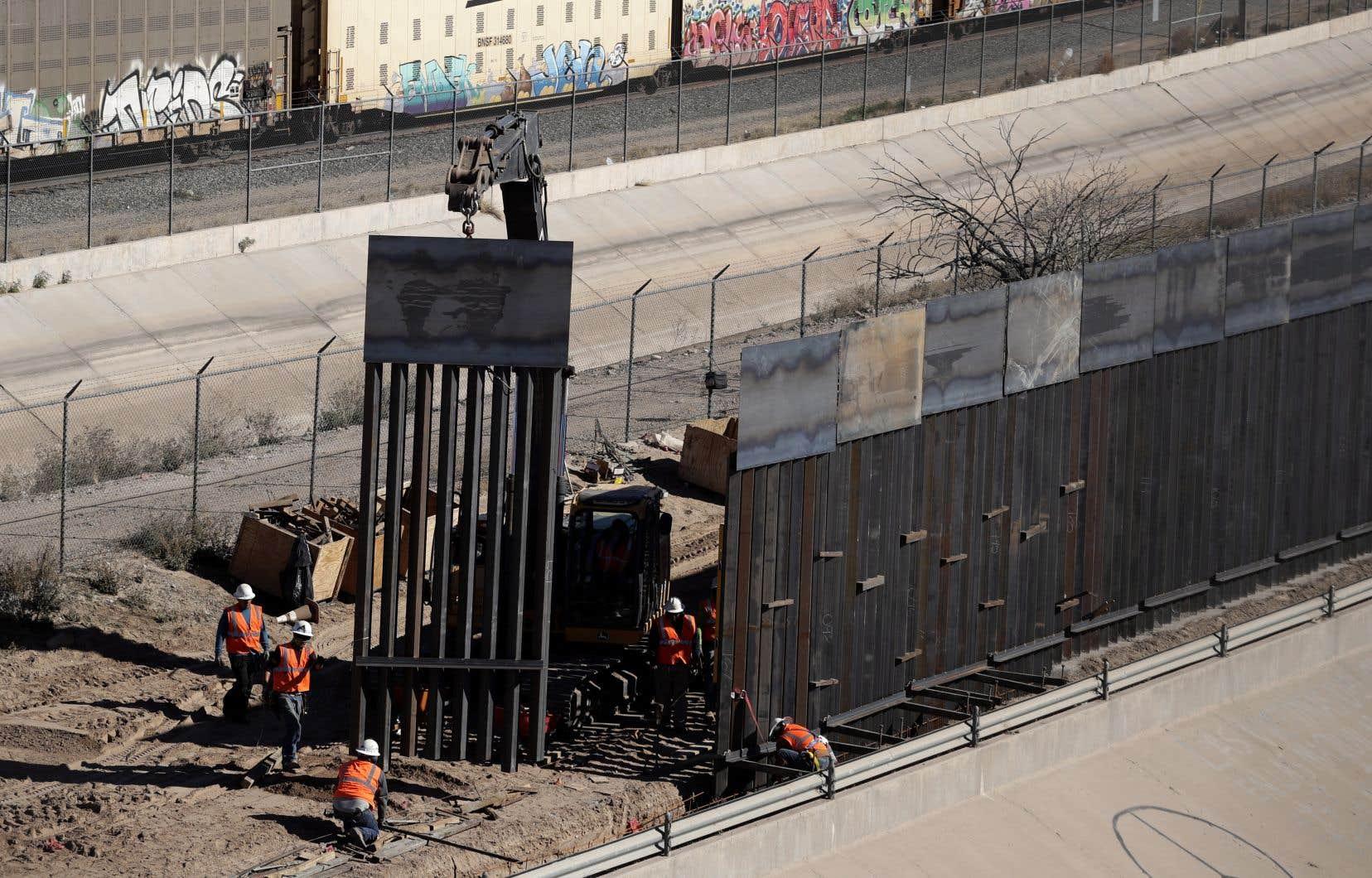 Un segment de mur frontalier entre les États-Unis et le Mexique est construit à proximité d'El Paso, au Texas.
