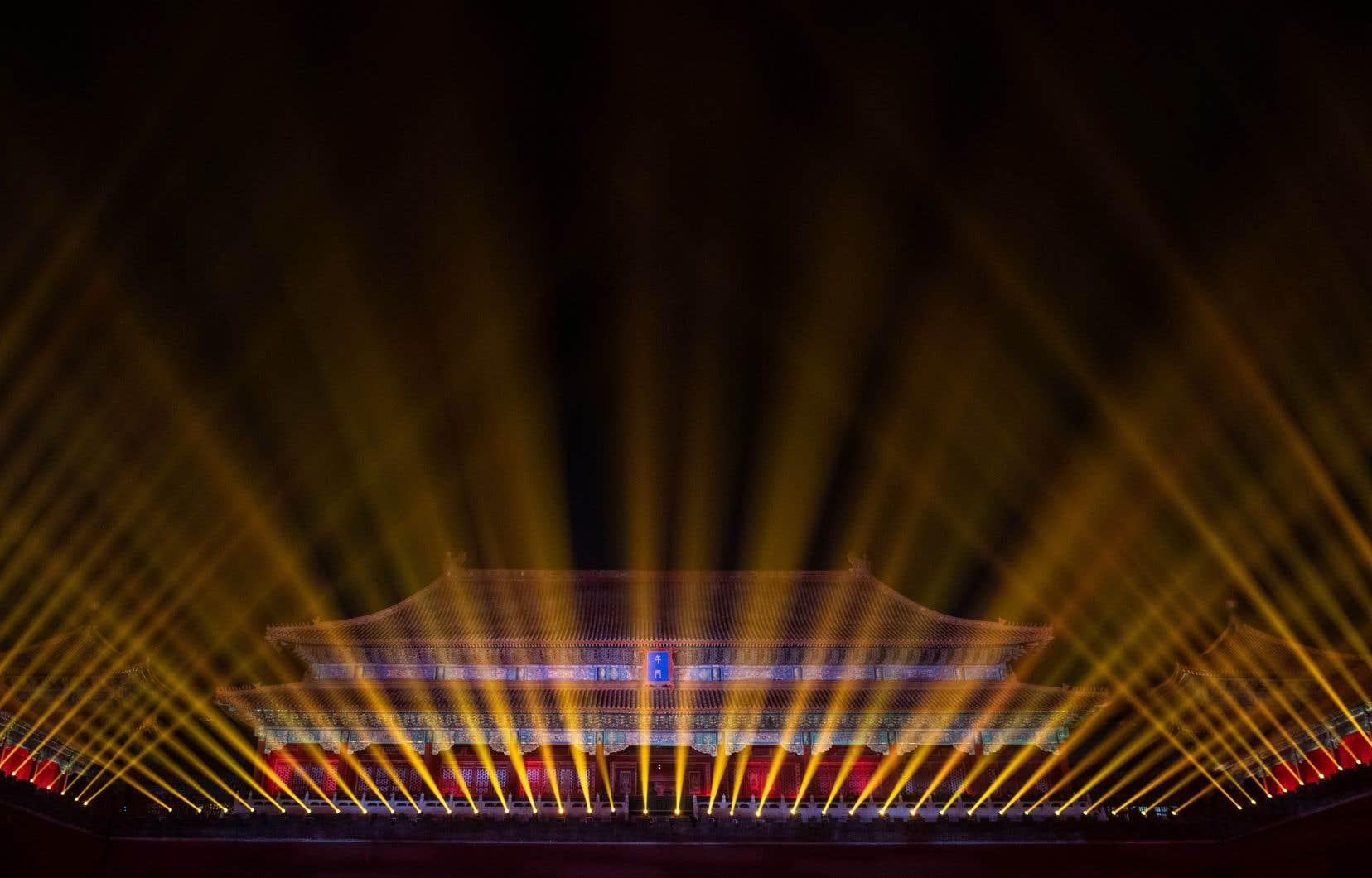 Dans une féérie de couleurs et de lasers striant le ciel, les toits d'or de l'antique cité se sont illuminés de couleurs inédites.