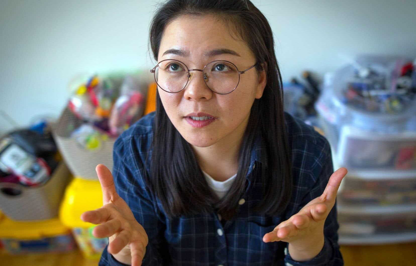 Pour les besoins de la cause, Seeun Park incarne les immigrants dont les dossiers sont destinés à la déchiqueteuse gouvernementale.