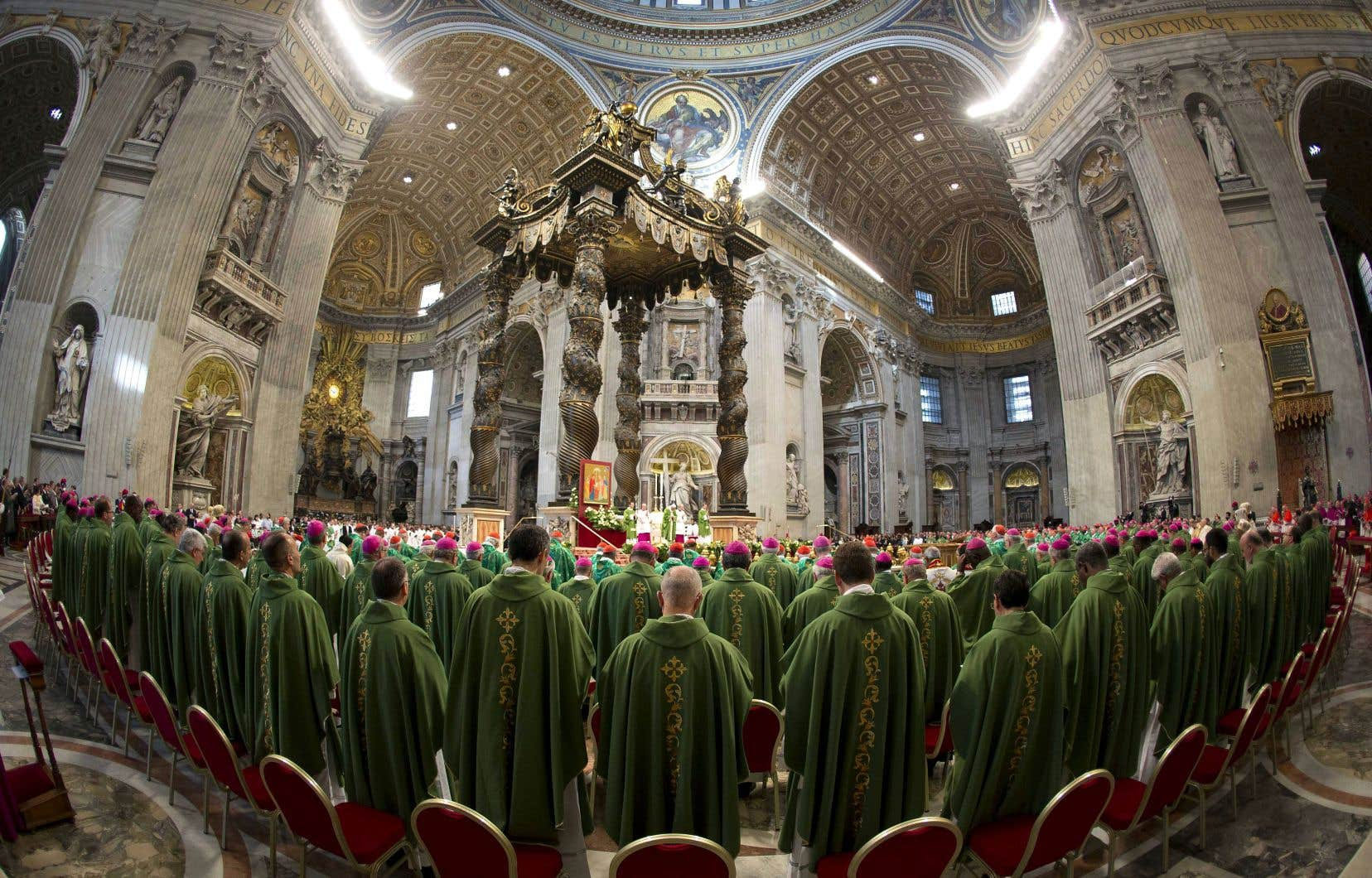 Le pape François célèbre une messe dans la basilique Saint-Pierre devant une assemblée d'évêques en octobre 2015.